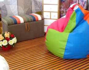 Ambiente con puff y alfombra de bambú