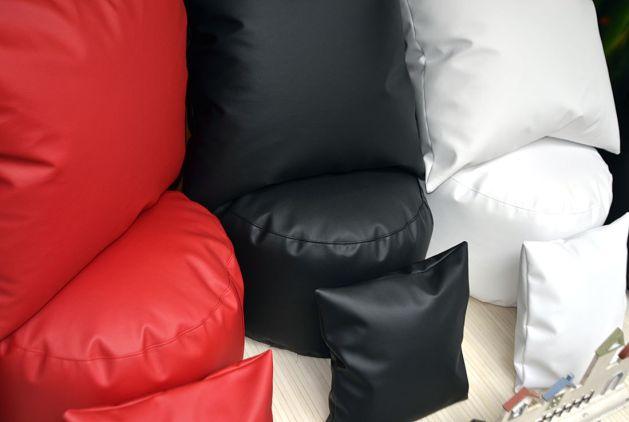 Puffs rojo, negro y blanco