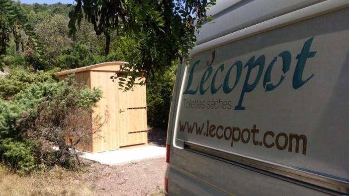 Installation de la cabine toilette sèche extérieure