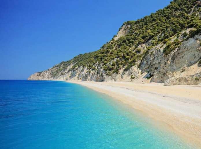 Seit Jahren will sich KARIN CEBALLOS BETANCUR an einem besonders abgeschiedenen griechischen Strand in die Sonne legen. Diesmal muss es einfach klappen. Oder?