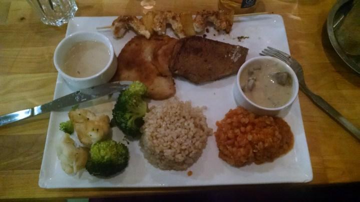Assiette Sportif - Escalope de Seitan , Steak au poivre végétal , brochette de crevette aux ananas & citronnelle