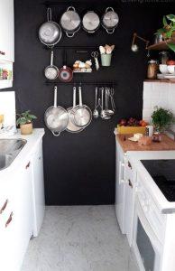 Peignez un mur de votre cuisine de couleur foncée