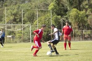 dos jóvenes luchan por el balón en un partido de fútbol
