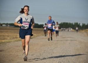 Una mujer practicando running en actitud positiva