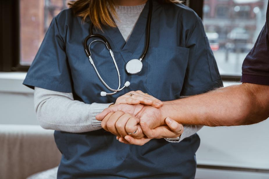 Infirmiers libéraux et proches aidants : collaboration indispensable pour mieux accompagner les patients à domicile