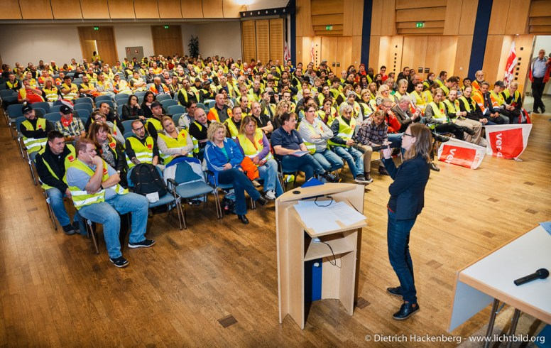 Silke Zimmer spricht bei der Streikversammlung vor Mitarbeitern aus Rheinberg und Werne. Verdi amazon Streik in Werne am 24.09.2014. Foto © Dietrich Hackenberg - www.lichtbild.org