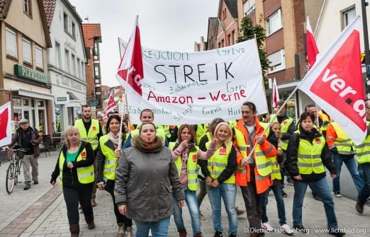 Streikzug der Amazon Mitarbeiter durch Werne. Verdi amazon Streik in Werne am 24.09.2014. Foto © Dietrich Hackenberg - www.lichtbild.org