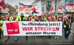 Amazon Streikende vor dem Tor der E-Commerce Handel Messe - Neocom fordern den Amazon Deutschland Chef Ralf Kleber, der auf der Messe Redner ist, auf, einen Tarifvertrag für die Beschäftigten zu unterschreiben. Foto © Dietrich Hackenberg - www.lichtbild.org