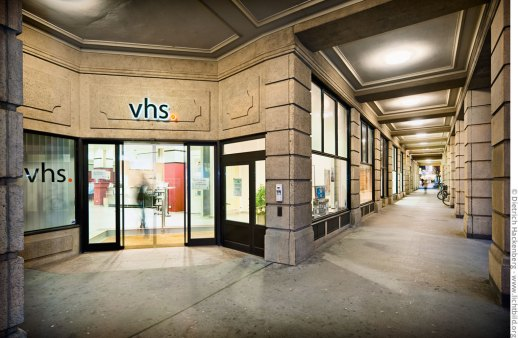 Eingang der Volkshochschule Dortmund. Foto © Dietrich Hackenberg