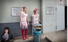 Raucherpause Zombies — Comicon Dortmund, Westfalenhallen am Nikolaustag 2015. Foto Dietrich Hackenberg