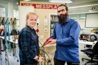 Elektrotechnik — Die Auszubildende Schilder- und Lichtreklamehersteller Milena Tuppe mit Elektrotechnikmeister Johannes Lippert.
