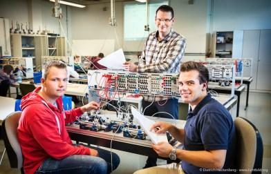 Steuerungstechnik und Pneumatik — Nico Büscher und Boris Wiedenhorst machen eine Ausbildung als Feinmechaniker im Bereich Maschinenbau unter Anleitung von Kursleiter Markus Eckert.