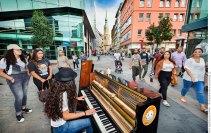 Klavierspielerin auf der Brückstraße Dortmund. Foto Dietrich Hackenberg