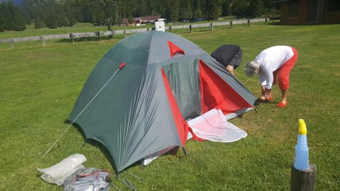 Netter Mann hilft beim Aufbau des Zeltes
