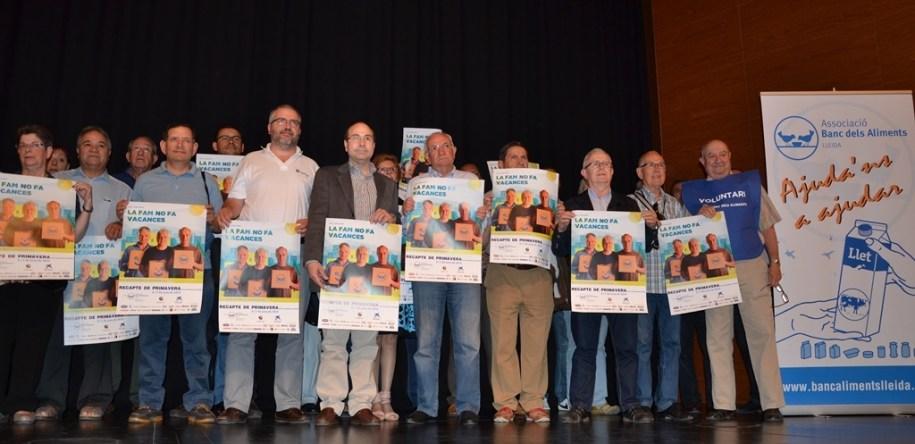 Durante la presentación de la campaña del Banc dels Aliments, los voluntarios y patrocinadores se levantaron para fotografiarse con el cartel. RSC