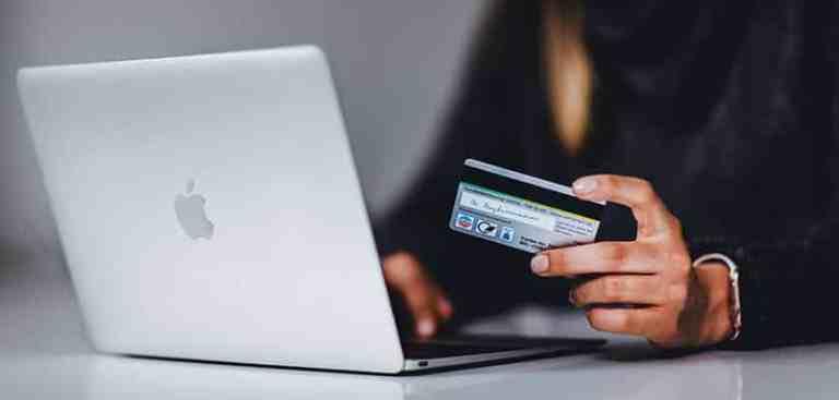 Mulher testando as ferramentas financeiras para sua loja virtual