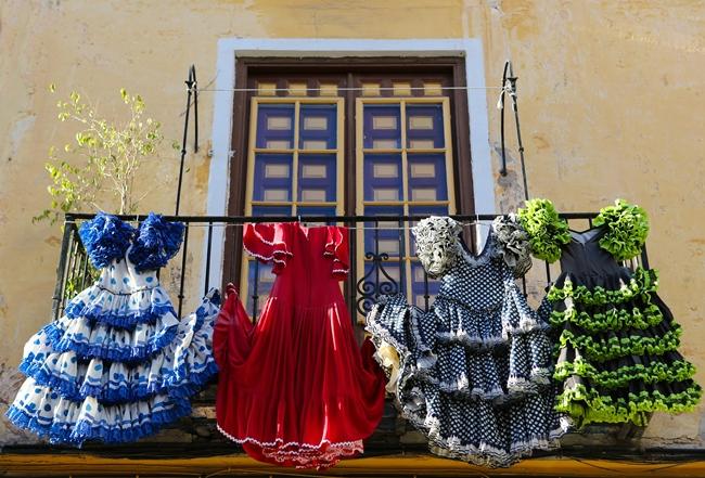Abiti di flamenco appesi a un balcone dell'Andalusia