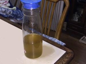 生豆の煮出し液を容器に入れてみた