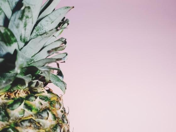 Ananas auf rosa Hintergrund