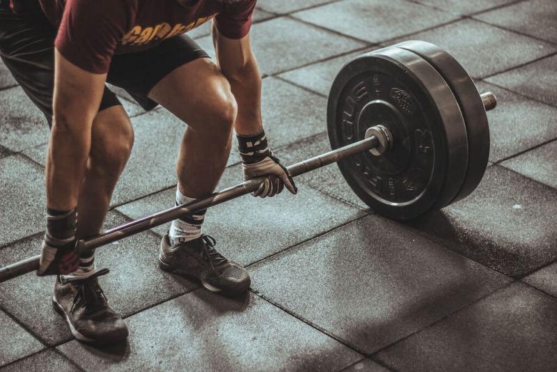 ein Sportler, der schweres Gewichtheben durchführt