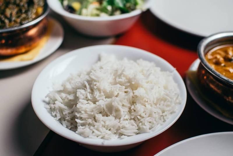 Reis in eine Schüssel