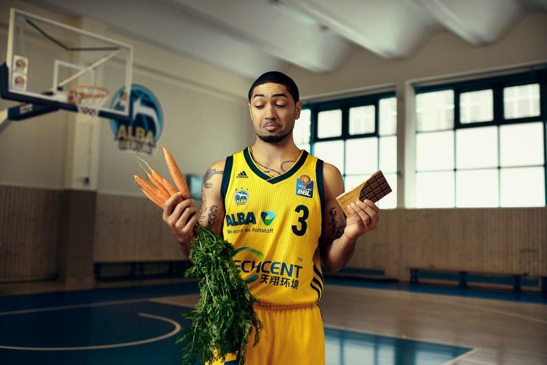 Berlin ALBA Spieler Peyton Silva mit Karotten und Schokolade