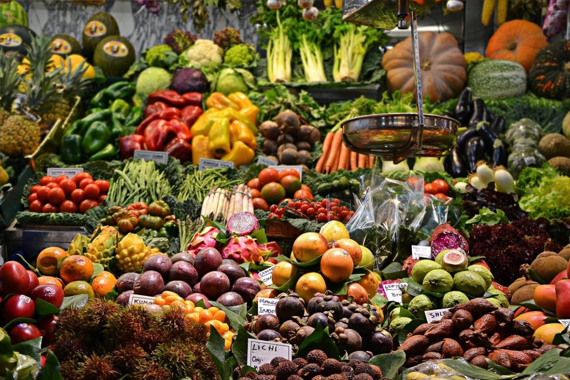 Marktstand mit verschiedenen Obst- und Gemüsesorten