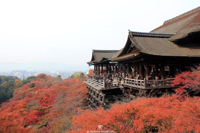 sanctuaire-kiyomizudera-kyoto-saison-momiji-plateforme-entouree-erable-rouge