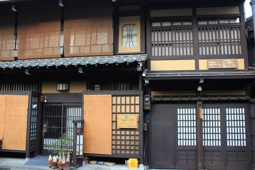 takayama-vieux-quartier-tot-le-matin-boutique-oonoya-dots