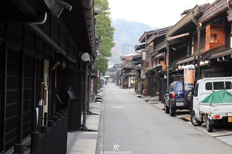 takayama-vieux-quartier-tot-le-matin-preparation-matsuri-vieilles-facades