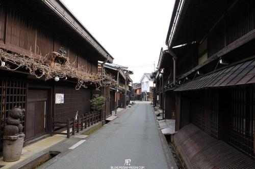 takayama-vieux-quartier-tot-le-matin-ruelle-deserte
