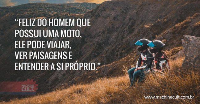 Feliz do homem que possui uma moto, ele pode viajar, ver paisagens e entender a si próprio