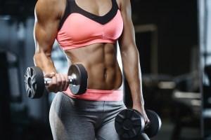 Femme musclé avec des abdos ayant fait une sèche musculaire après une prise de masse.
