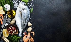 Poisson sauvage, poisson d'élevage, en préparation pour une recette de poisson