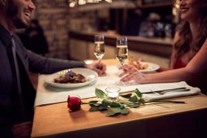 Couple mangeant au restaurant