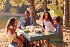 Table de pique-nique avec père, mère et deux enfants