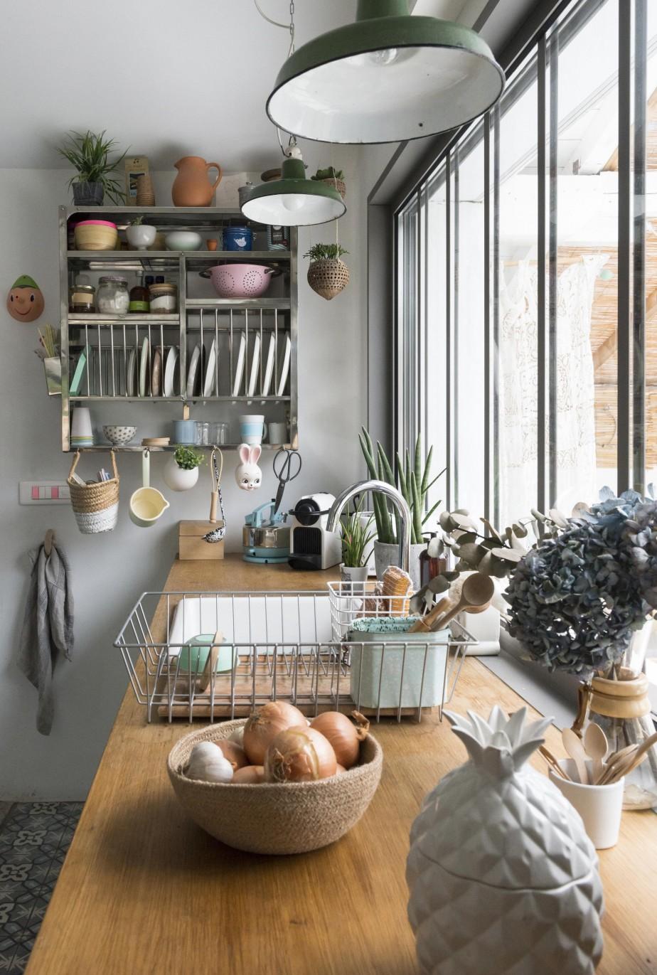 Inspiration déco pour cette jolie cuisine, vibrante et familiale. La bonne idée déco : accumuler les plantes dans la cuisine ! Retrouvez toutes les photos de cet intérieur dans l'article.
