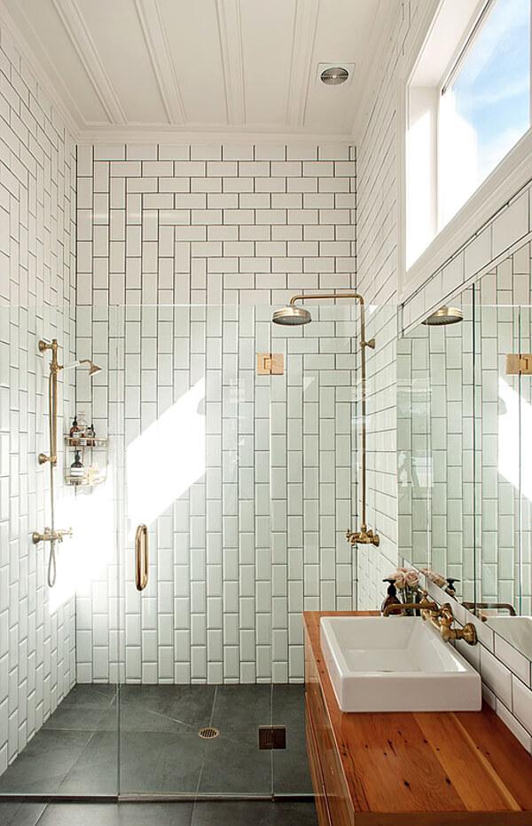 Une salle de bain minimaliste avec son carrelage blanc très chic. Découvrez toutes les photos de cet intérieur élégant dans l'article.