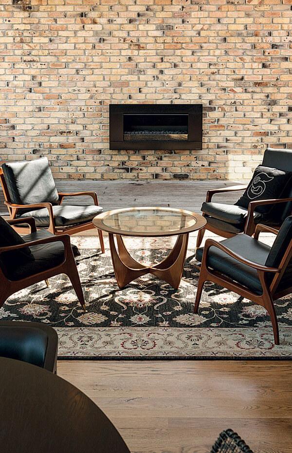 Un salon chic et moderne, avec ses meubles designs aux lignes élégantes. retrouvez toutes les photos de cet intérieur dans l'article.