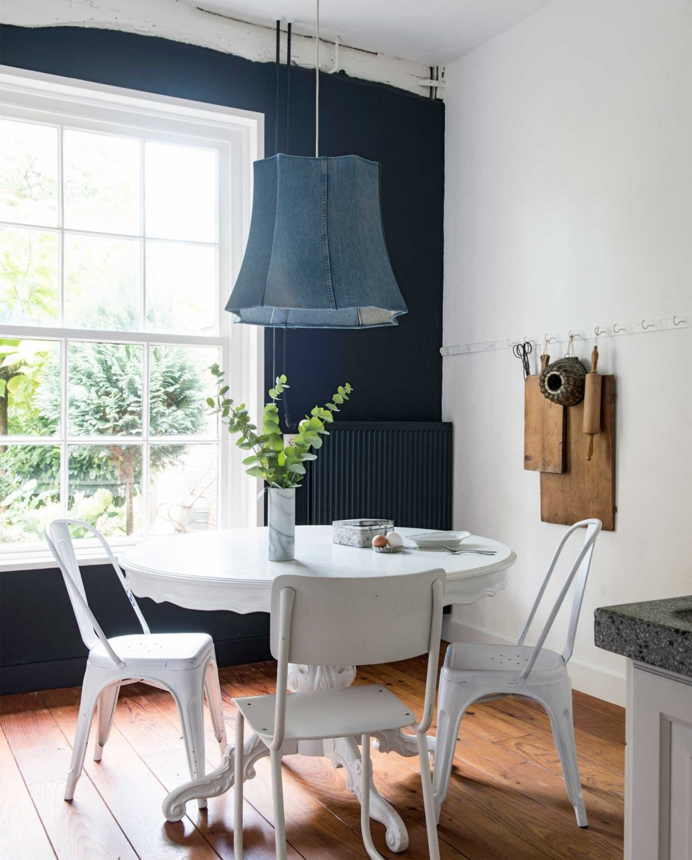 Une jolie salle à manger au style légèrement rustique, avec ses chaises dépareillées et ses objets rétro. Retrouvez toutes les photos de cette cuisine inspirante dans l'article.