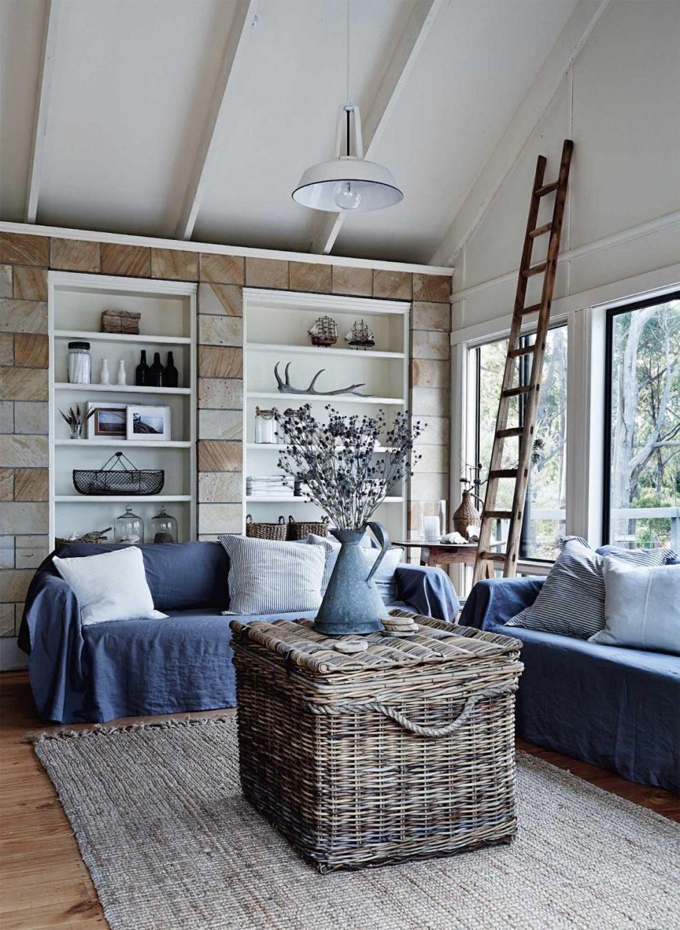 Envie d'une déco bord de mer cosy pour votre salon ? Trouvez l'inspiration avec cette maison de Tasmanie aux style discret et authentique.
