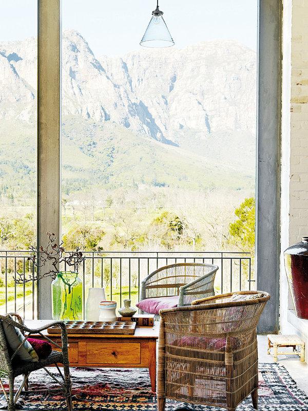 Ce salon bohème et authentique a une vue magnifique sur la vallée de Banhoek, près de Cape Town. Découvrez plus d'inspiration déco dans l'article.