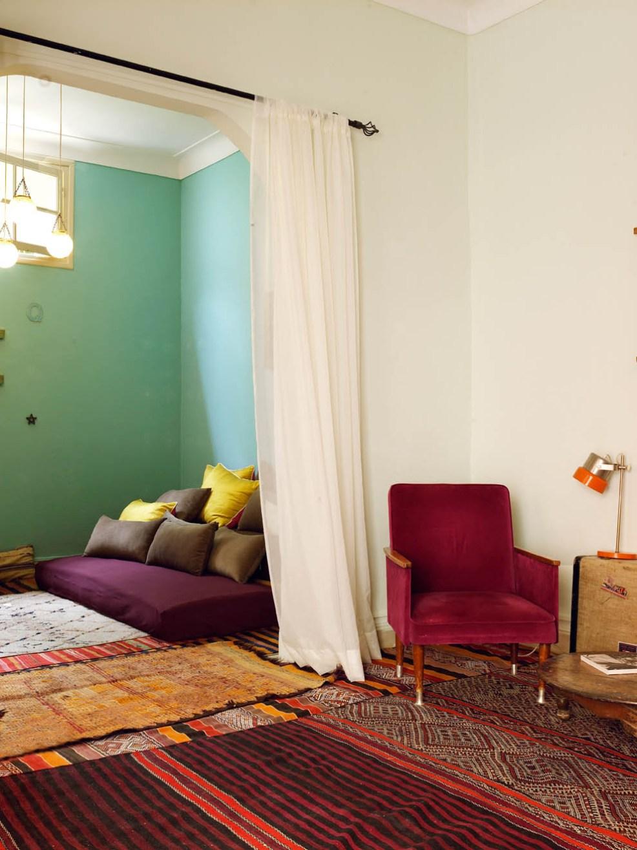 Un joli salon marocain, avec ses voilages légers, son accumulation de coussins et ses tapis dépareillés. Découvrez le reste des photos dans l'article !
