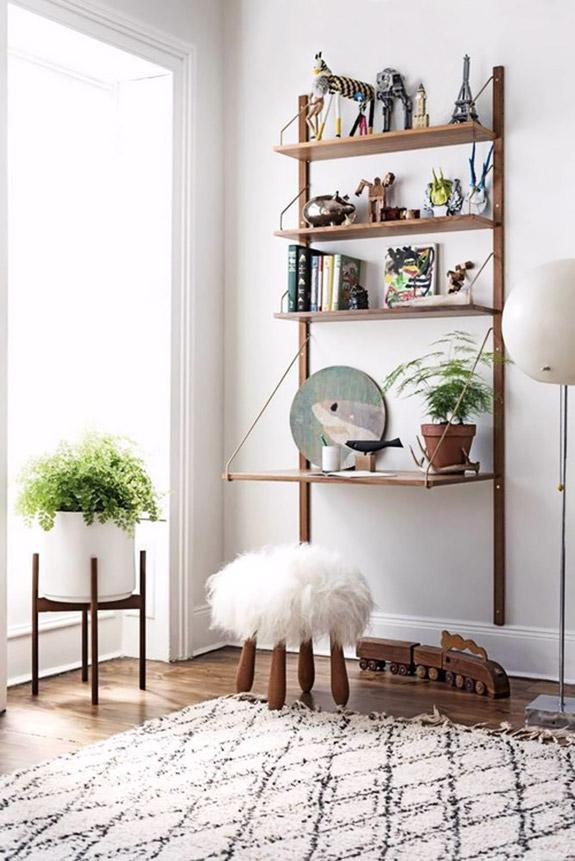 Un petit bureau amovible, décoré d'objets chinés, avec un tabouret et un coussin en fausse fourrure | déco bohème | bureau à la maison | bureau au mur | déco cosy #bureau #décobureau