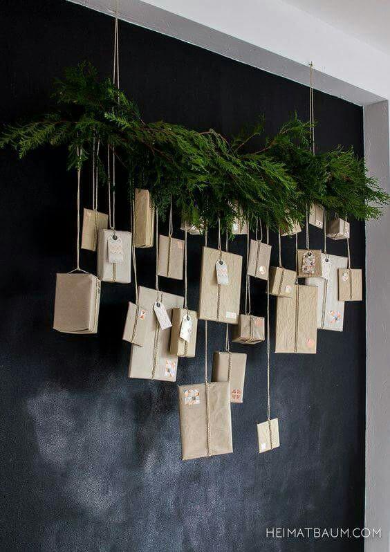 Un calendrier de l'avent moderne et facile à créer soi-même avec du papier kraft et une branche de sapin