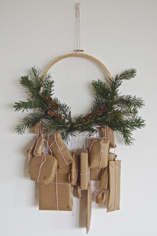 Un calendrier de l'avent facile à fabriquer, avec une couronne de noel et du papier kraft