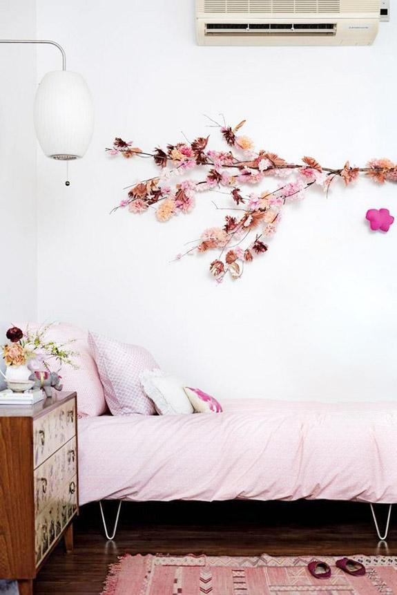 Une chambre d'enfant bohème et authentique, avec une petite console en bois et une décoration rose pastel | chambre d'enfant | chambre petite fille | chambre rose | rose pastel | déco chambre bohème #décorose #chambreenfant