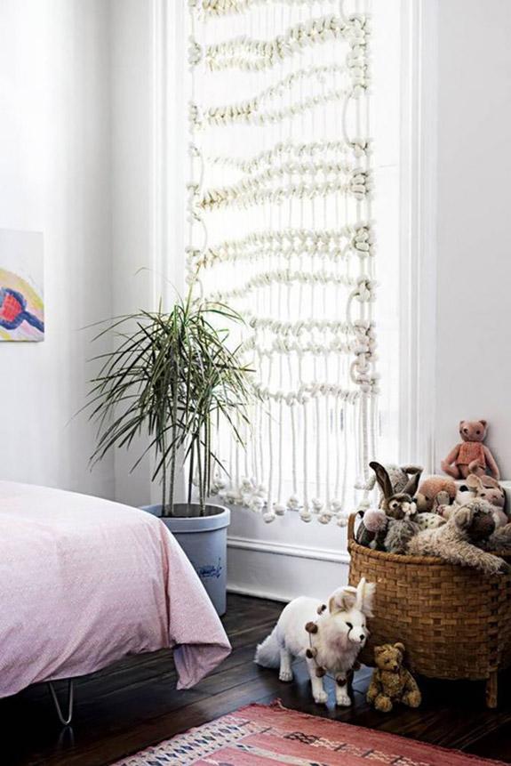 De jolis rideaux en macramé pour décorer une chambre d'enfant bohème et cosy