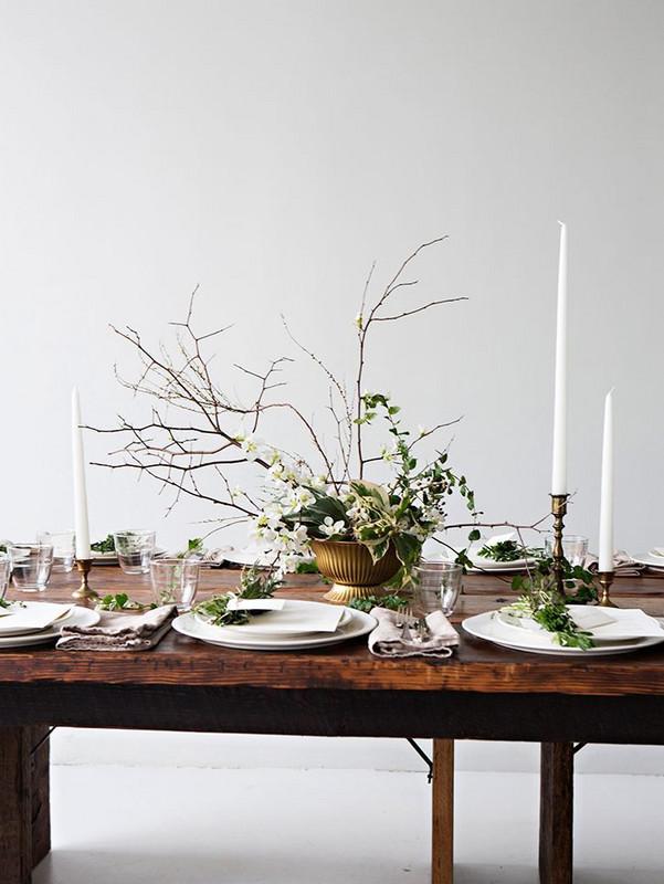 Un centre de table de Noel naturel et végétal avec de beaux chandeliers