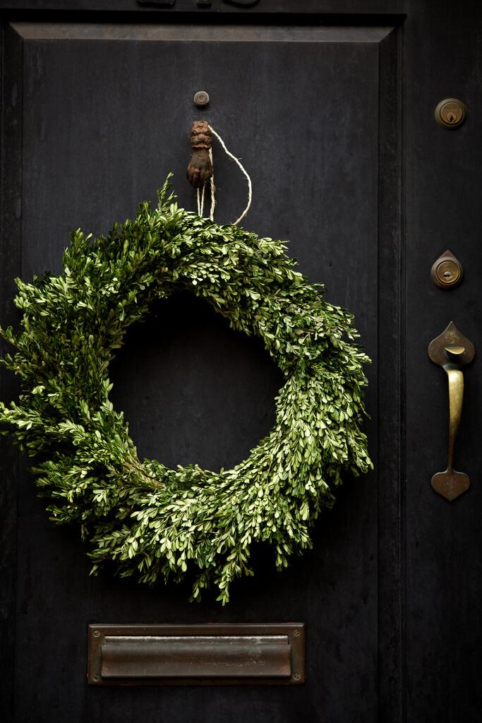 Fabriquez une couronne de Noel pour décorer votre porte extérieure